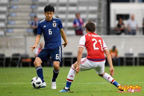INNSBRUCK, AUSTRIA - JUNE 12:  Wataru Endo of Japan and Oscar Romero of Paraguay compete for the ball during the international friendly match between Japan and Paraguay at Tivoli Stadion on June 12, 2018 in Innsbruck, Austria.  (Photo by Masahiro Ura/Getty Images)