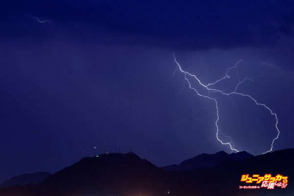 LAS VEGAS, NV - JULY 06:  Lightning flashes east of Black Mountain during a thunderstorm on July 6, 2015 in Las Vegas, Nevada. The monsoon storm dropped heavy rain and hail in parts of the valley causing street flooding and power outages.  (Photo by Ethan Miller/Getty Images)