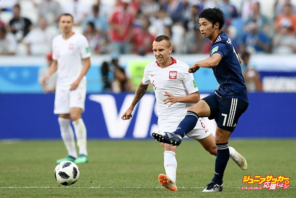 VOLGOGRAD, RUSSIA - JUNE 28:  Gaku Shibasaki of Japan is challenged by Jacek Goralski of Poland during the 2018 FIFA World Cup Russia group H match between Japan and Poland at Volgograd Arena on June 28, 2018 in Volgograd, Russia.  (Photo by Carl Court/Getty Images)