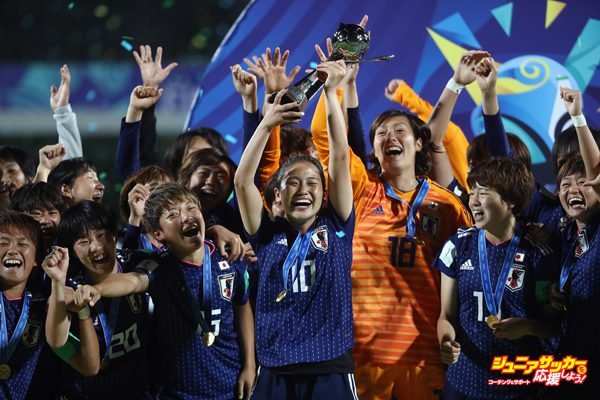 VANNES, FRANCE - AUGUST 24:  Fuka Nagano of Japan lifts the trophy with team mates after victory during the FIFA U-20 Women's World Cup France 2018 Final match between Spain and Japan at Stade de la Rabine on August 24, 2018 in Vannes, France.  (Photo by Alex Grimm - FIFA/FIFA via Getty Images)