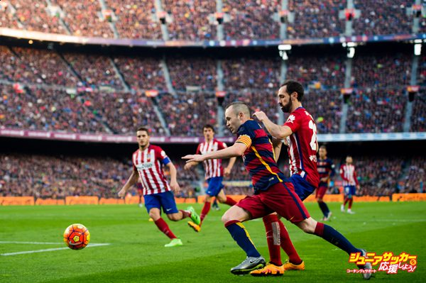 BARCELONA, SPAIN - JANUARY 30: Andres Iniesta of FC Barcelona conducts the ball under a challenge of Juanfran Torres of Club Atletico de Madrid during the La Liga match between FC Barcelona and Club Atletico de Madrid at Camp Nou on January 30, 2016 in Barcelona, Spain. (Photo by Alex Caparros/Getty Images)