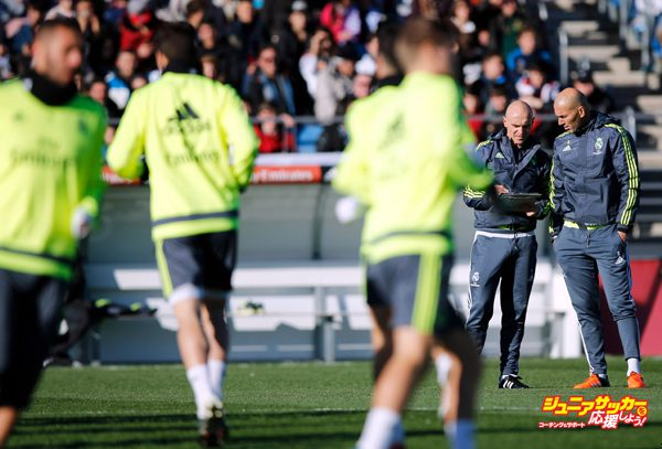 MADRID, SPAIN - JANUARY 05: Newly appointed manager of Real Madrid Zinedine Zidane (R) talks tactics during a Real Madrid training session at Valdebebas training ground on January 5, 2016 in Madrid, Spain. (Photo by Gonzalo Arroyo Moreno/Getty Images)