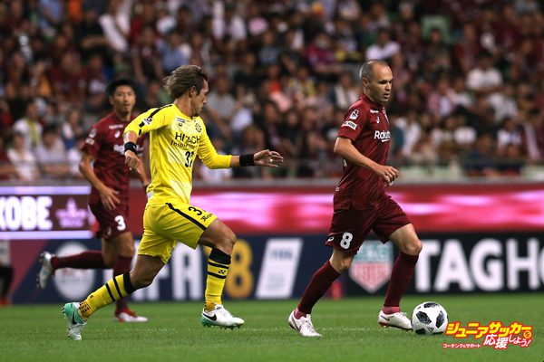 KOBE, JAPAN - JULY 28:  (EDITORIAL USE ONLY) Andres Iniesta of Vissel Kobe and Hajime Hosogai of Kashiwa Reysol compete for the ball during the J.League J1 match between Vissel Kobe and Kashiwa Reysol at Noevir Stadium Kobe on July 28, 2018 in Kobe, Hyogo, Japan.  (Photo by Buddhika Weerasinghe/Getty Images)
