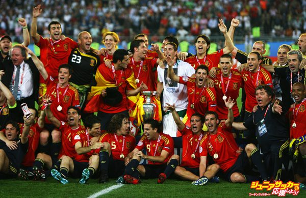 VIENNA, AUSTRIA - JUNE 29:  Spanish players pose for a team photograph with the trophy after winning against Germany in the UEFA EURO 2008 Final match between Germany and Spain at Ernst Happel Stadion on June 29, 2008 in Vienna, Austria.  (Photo by Shaun Botterill/Getty Images)
