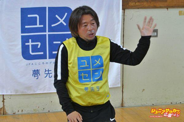 ユメセン 式田高義:  Japan captain Ryuzo Morioka lifts the Asian Cup Trophy after the Final against Saudi Arabia played in Beirut, Lebanon. Japan won the game and trophy with a 1-0 win.  Mandatory Credit: Stanley Chou /Allsport